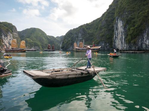 Dschunken und Einbäume in der Halong-Bucht / Vietnam